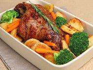 Рецепта Пълнен агнешки бут с гъби, пушен бекон, зелен лук и подправки печен на фурна